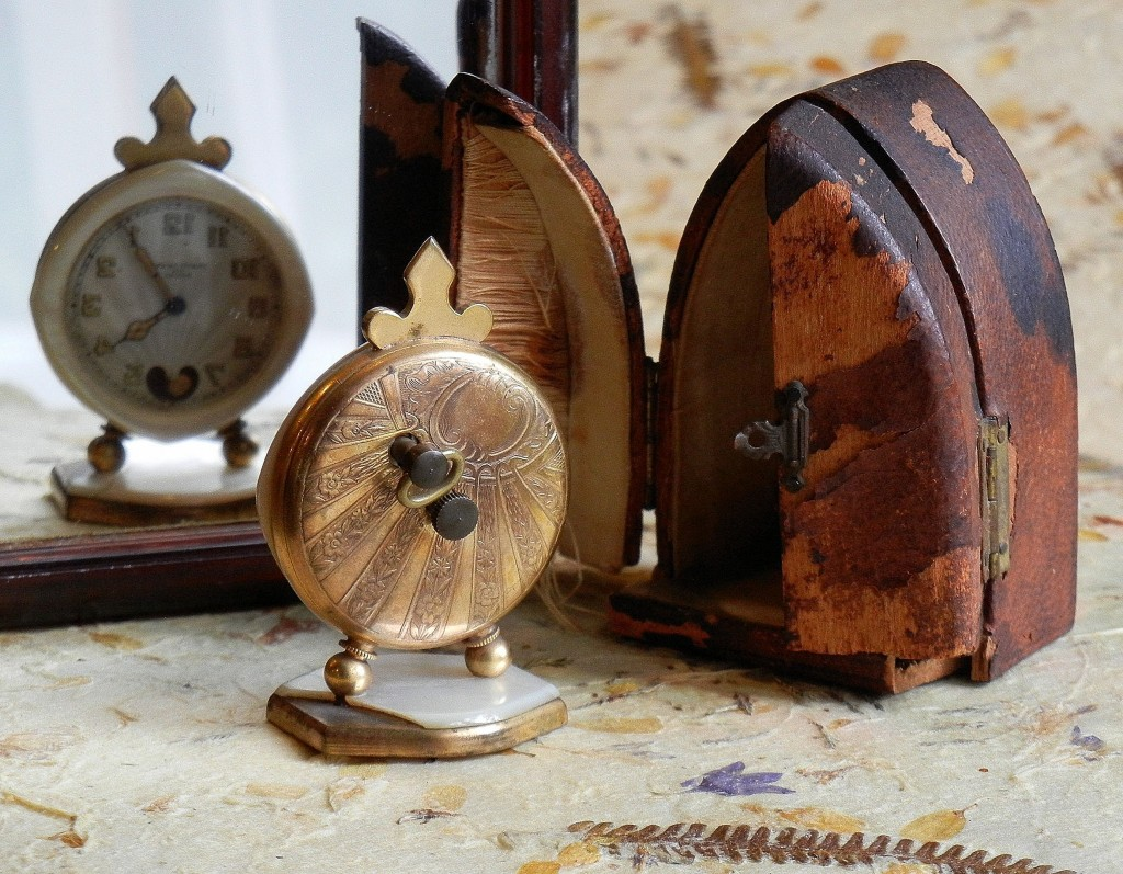 Mama Sitges' travel clock