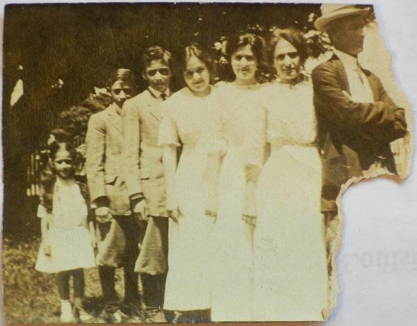 1910  J.Euclide Champagne and Alicia(Tiwazzo), Beulah(19), Carmen(16), Bernard Presley(13), Francois Roosevelt(11) and Stella(5)-DSCN4635.conv